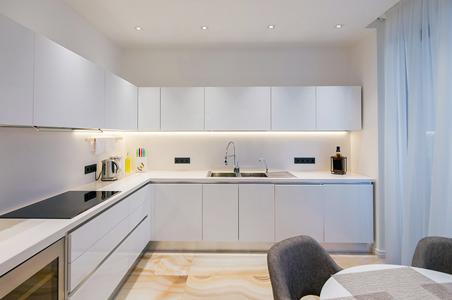 éclairage du plafond et du plan de travail de la cuisine