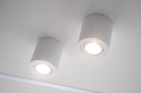 spot en saillie rond blanc au plafond